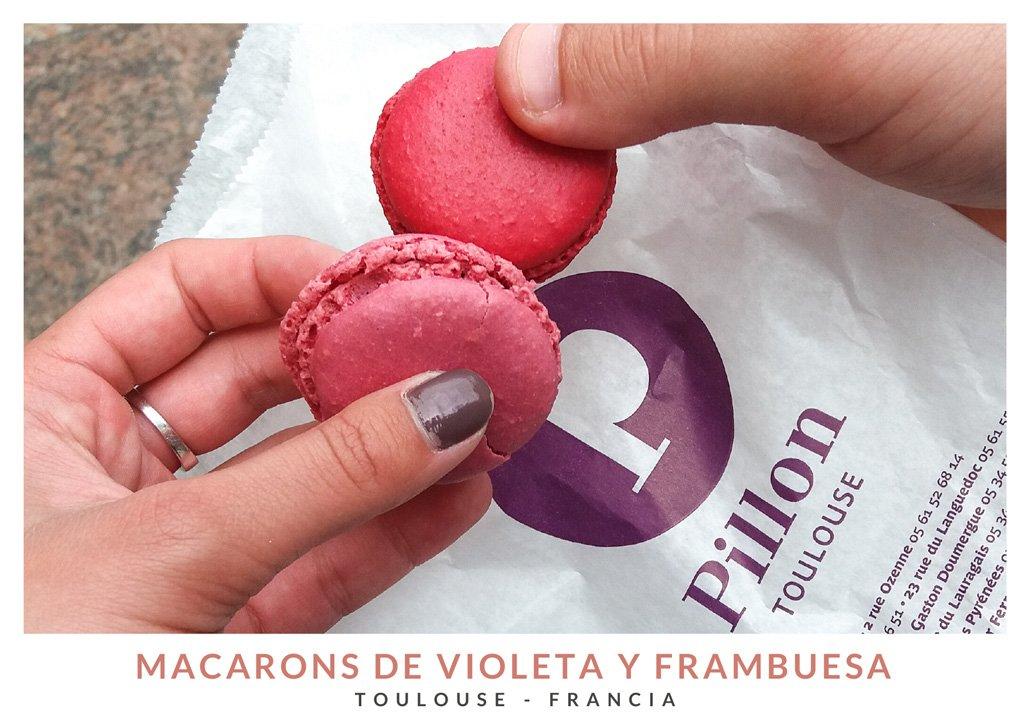 Dos macarons, uno de violeta y uno de frambuesa de la pastelería Pillon, Toulouse