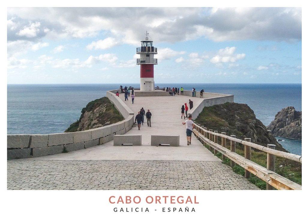 Faro blanco y rojo en el Cabo Ortegal, Galicia