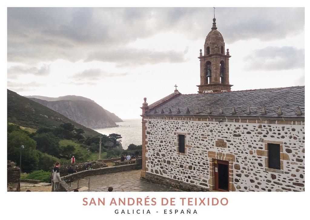 Vistas de la Iglesia blanca de San Andrés de Teixido con el mar de fondo, Galicia