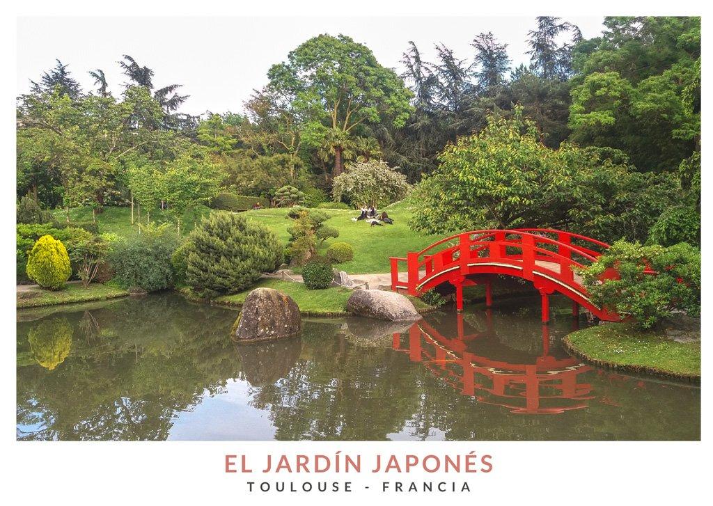 Puente rojo sobre un pequeño estanque en el Jardín Japonés de Toulouse