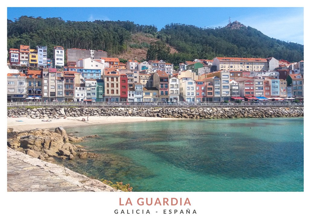 Playa de la Ribera con edificios coloridos de fondo en La Guardia, Galicia