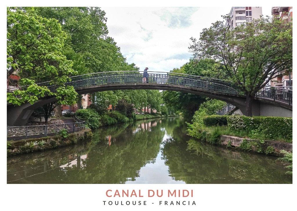 Puente sobre el Canal du Midi rodeado de vegetación en Toulouse