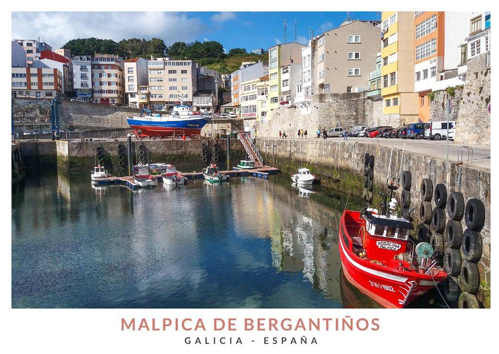 El puerto de Malpica de Bergantiños con coloridos barcos, Galicia