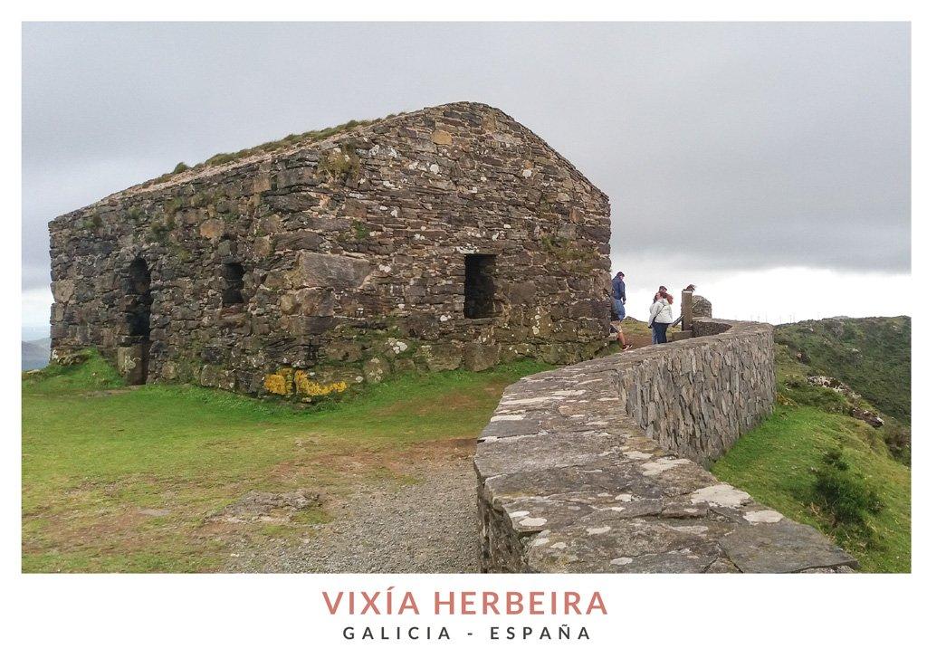 Casa de piedra en Vixía Herbeira con vistas a los acantilados de la Sierra Capelada, Galicia