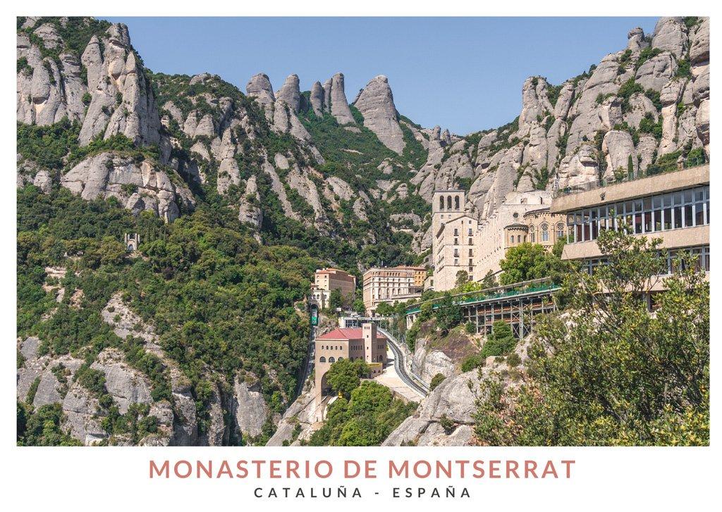 Vista del Monasterio de Montserrat con la montaña de Montserrat de fondo