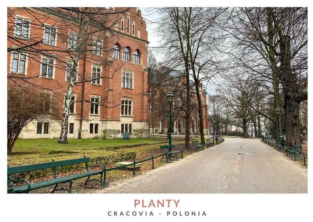 Parque Planty con bancos en un día lluvioso en Cracovia, Polonia