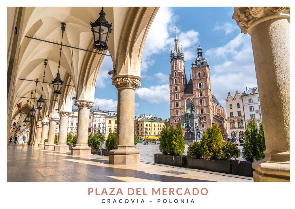La Basílica de Santa María de Cracovia vista a través de los arcos de la Lonja de los Paños, Cracovia