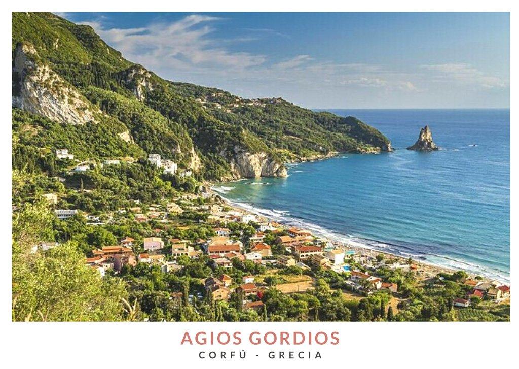 Vista panoramica del pueblo costero Agios Gordios en Corfú, Grecia