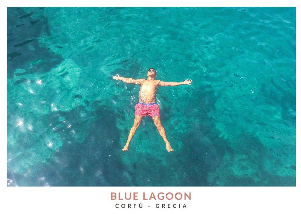 Marius de We Collect Postcards flotando en el agua turquesa de Blue Lagoon en Grecia
