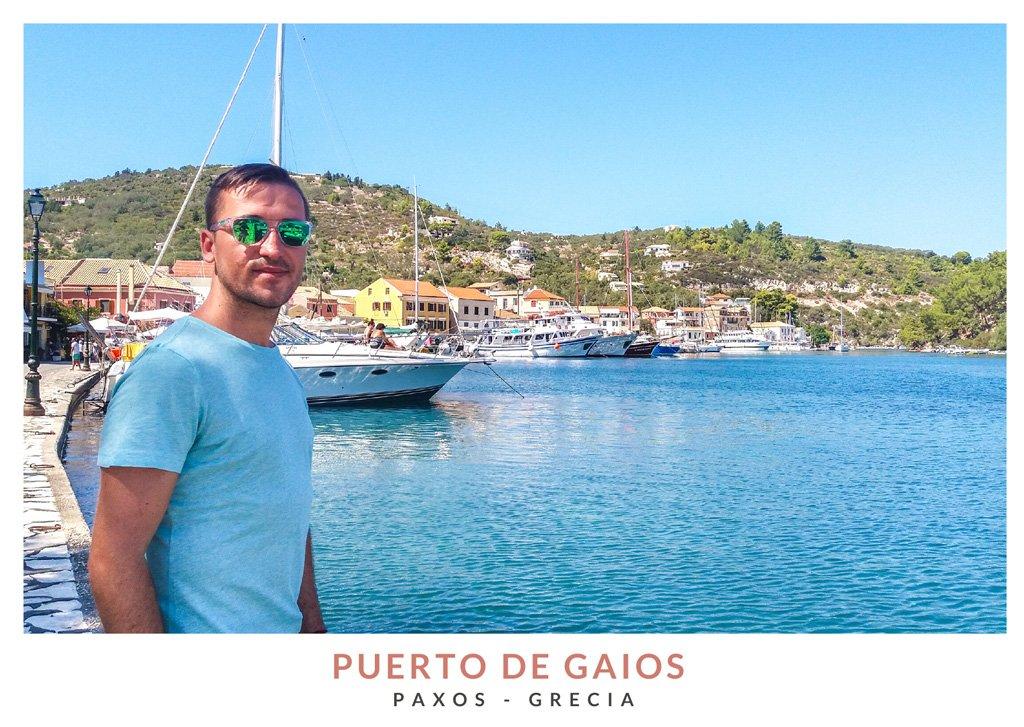 Marius de We Collect Postcards en el Puerto de Gaios, Paxos