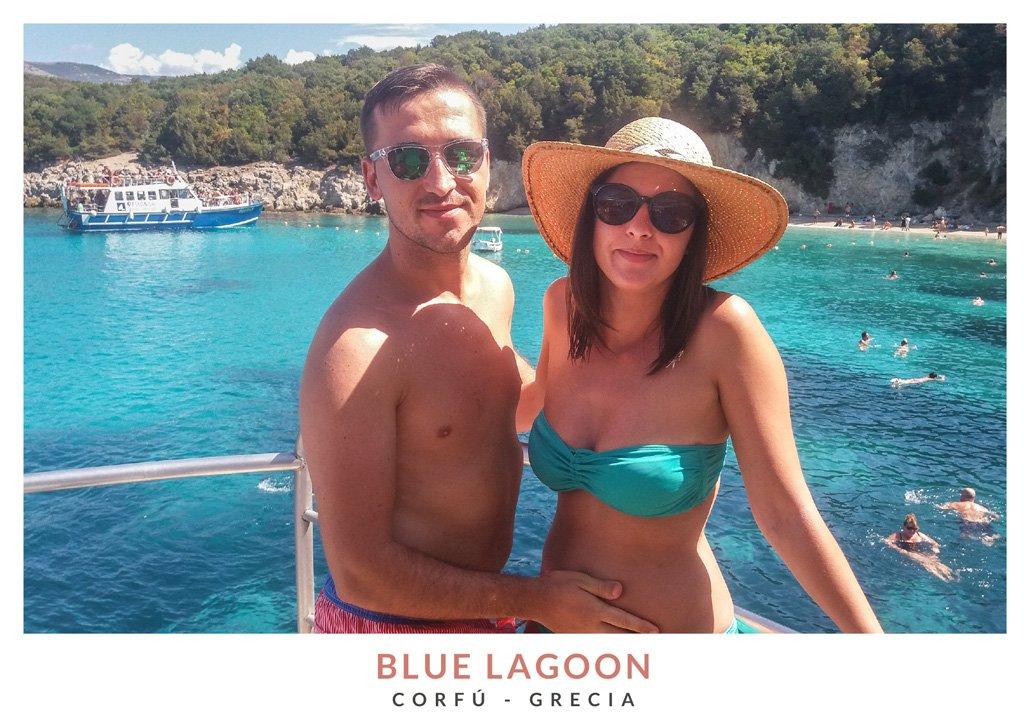 Miruna y Marius de We Collect Postcards en la Blue Lagoon, Grecia