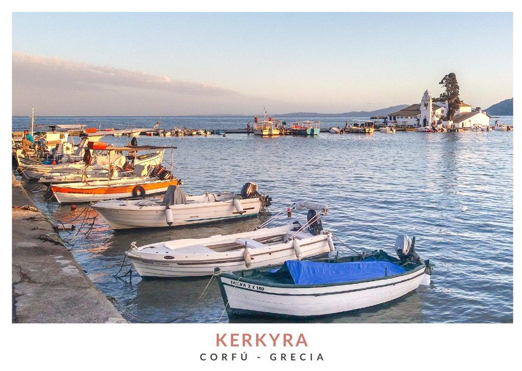 Pequeño puerto en la Peninsula Kanoni con vistas al Monasterio Vlachera, Corfú - Grecia