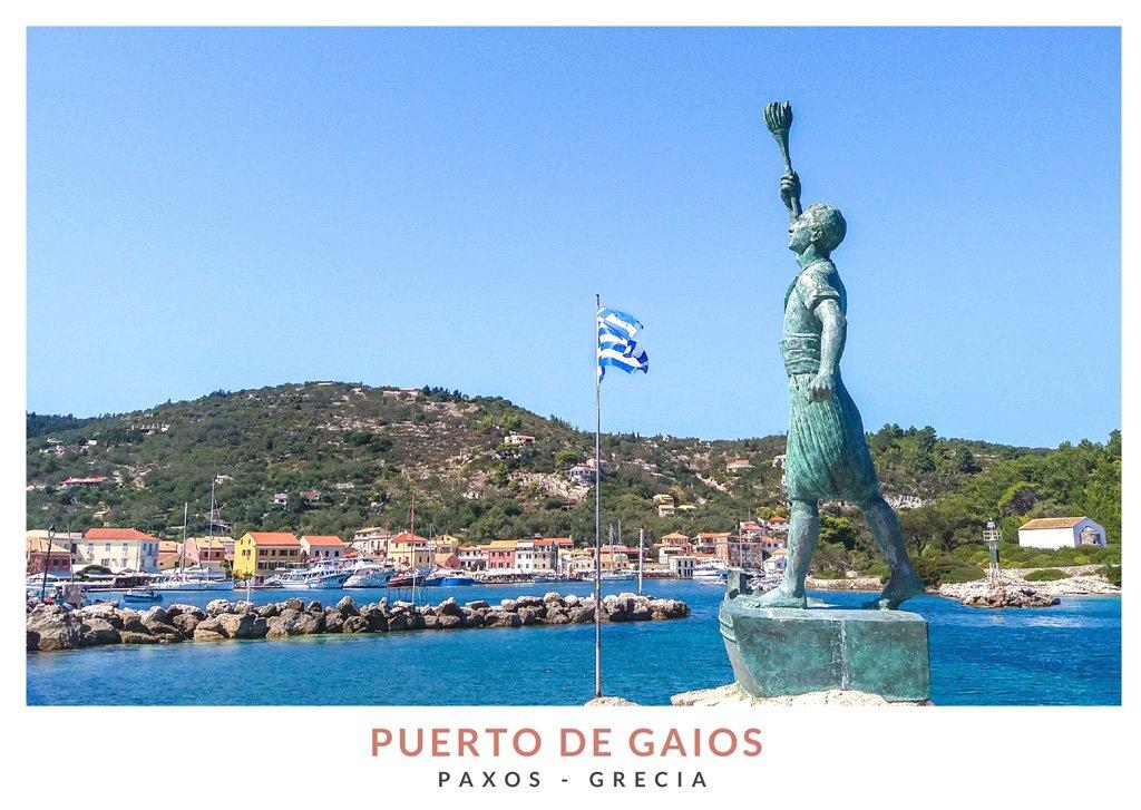 Estatua de Giorgos Anemogiannis con el Puerto de Gaios de fondo en Paxos, Grecia