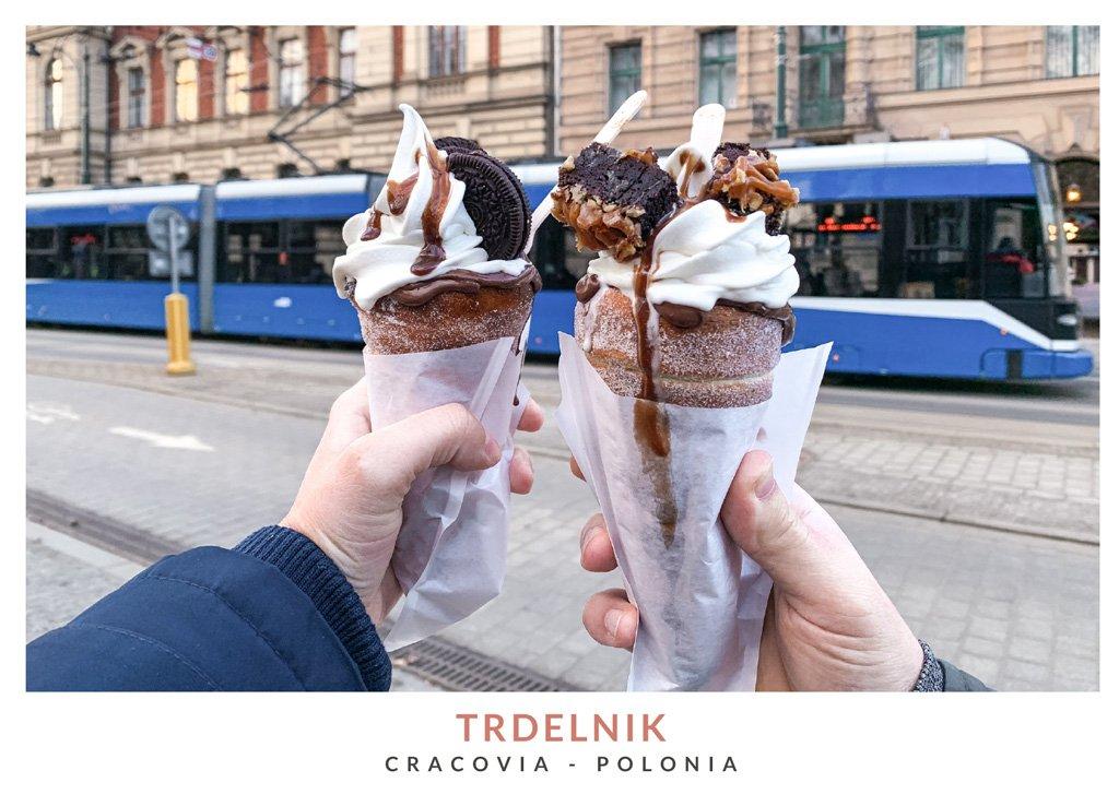 Postre con helado llamado Trdelnik en Cracovia, Polonia