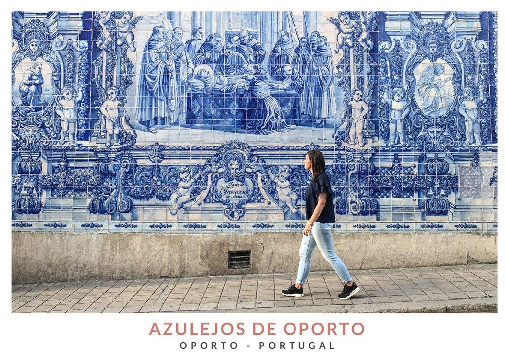 Miruna de We Collect Postcards andando por una calle con azulejos blancos y azules en Oporto, Portugal