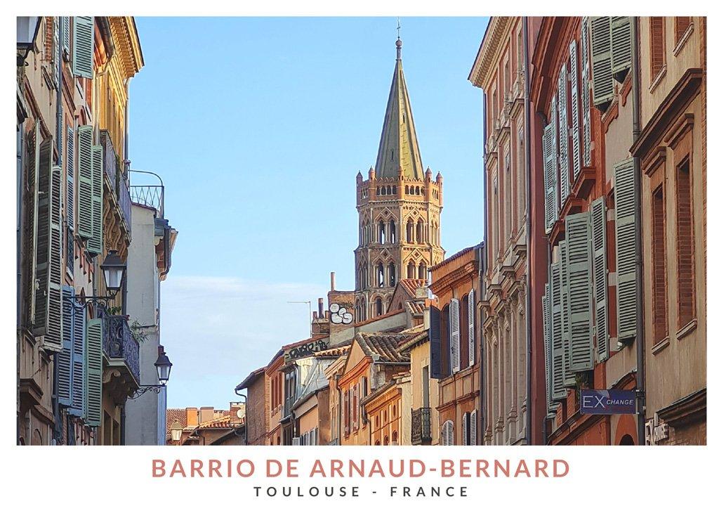 Calle del barrio Arnaud Bernard de Toulouse y la torre de la Basílica de San Sernin