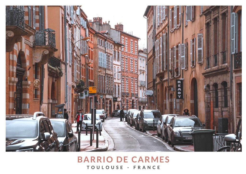Calle con edificios rosados y naranja en el barrio de Carmes, Toulouse