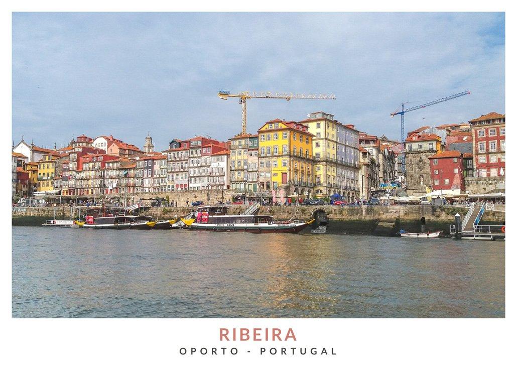 Vista de la Ribeira de Oporto desde el río Duero con casas coloridas de fondo