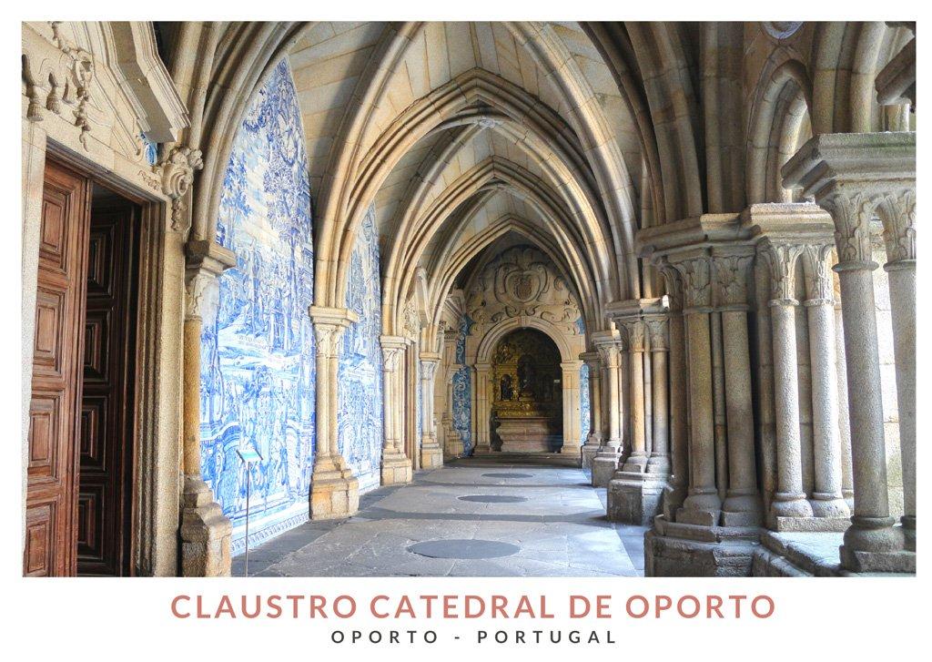 Claustro de la Catedral de Oporto con azulejos típicos de Portugal