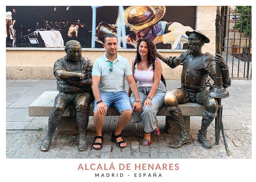 Miruna y Marius de We Collect Postcards enfrente de la Casa Cervantes, Alcalá de Henares