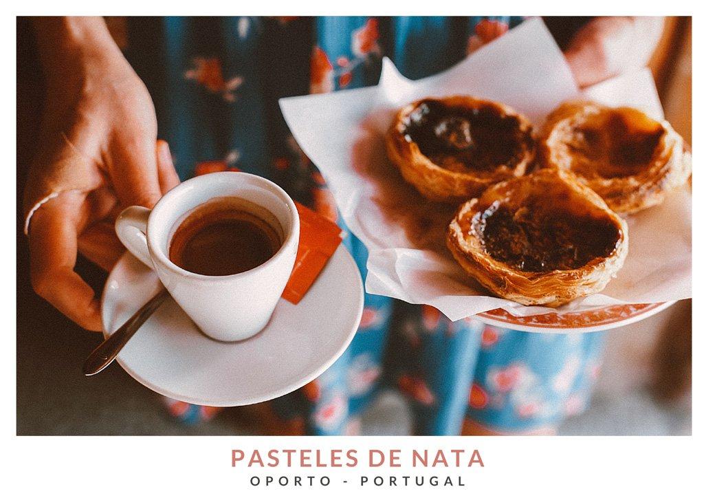 Manos de una mujer sujetando un plato con pasteles de nata portugueses y una taza de café