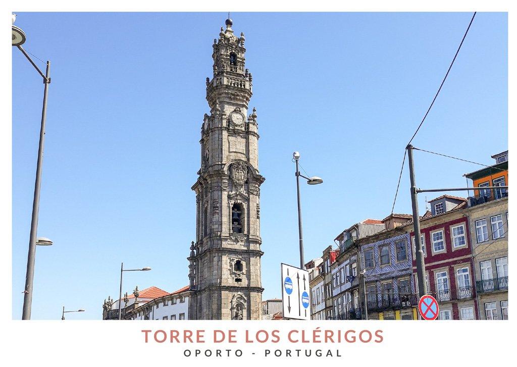 Torre de los Clérigos con un reloj en el casco antiguo de Oporto, Portugal